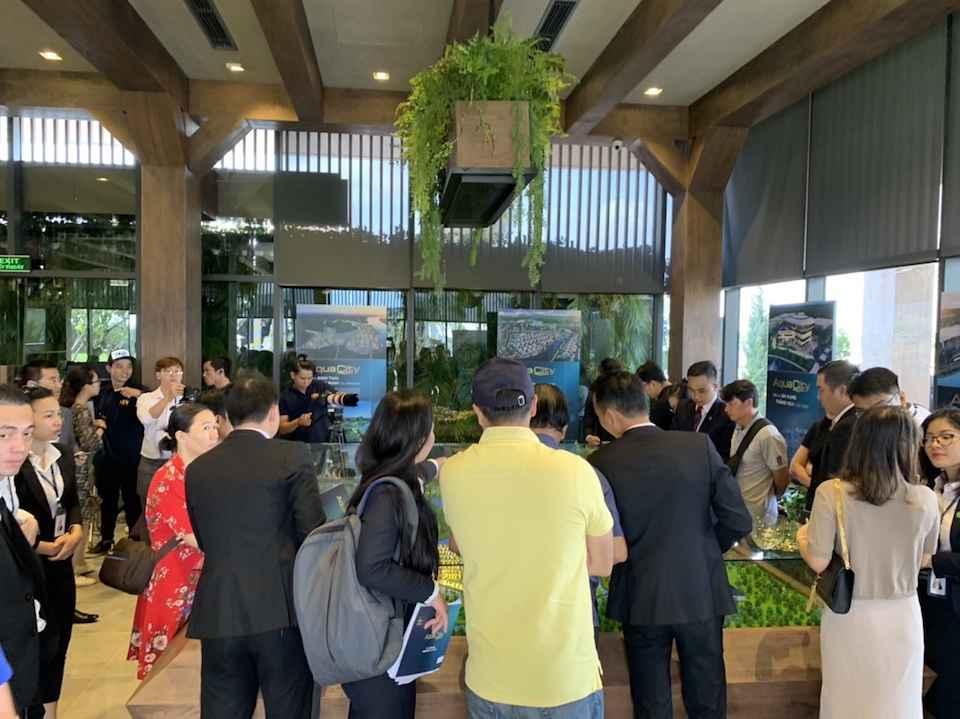 Khách hàng đến tham quan dự án khá đông làm không khí thêm phần sôi động