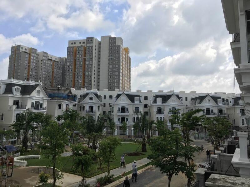 Các phân khu căn hộ bên cạnh biệt thự phố